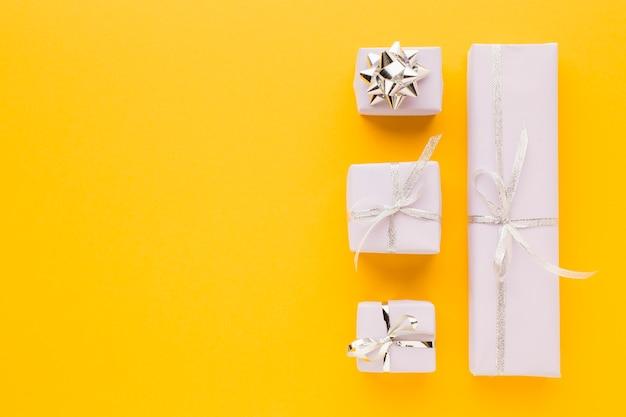 Plat leggen van stijlvolle geschenken met kopie ruimte