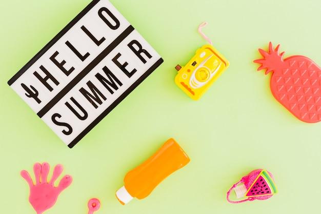 Plat leggen van tekst en zomeraccessoires