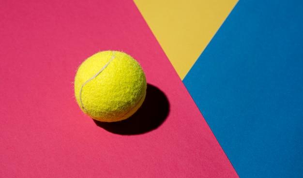 Plat leggen van tennisbal met kopie ruimte