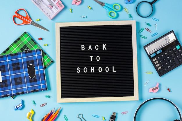 Plat leggen van terug naar school concept op blauwe achtergrond