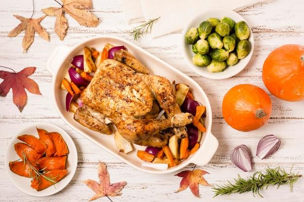 Plat leggen van thanksgiving geroosterde kip met ingrediënten