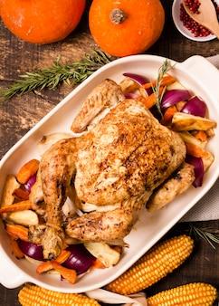 Plat leggen van thanksgiving geroosterde kip met maïs