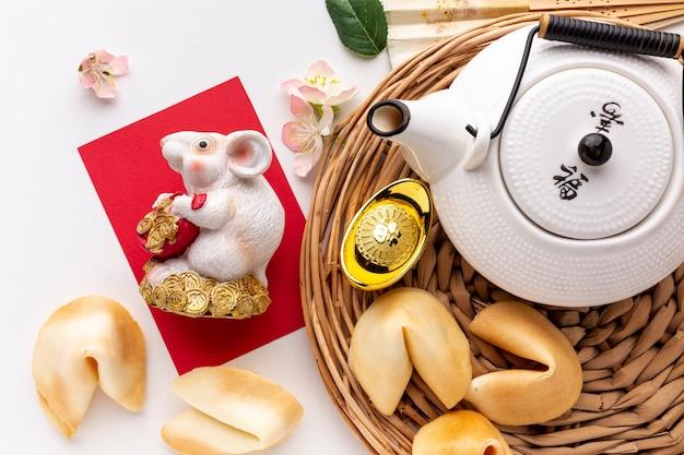 Plat leggen van theepot en rattenbeeldje chinees nieuwjaar