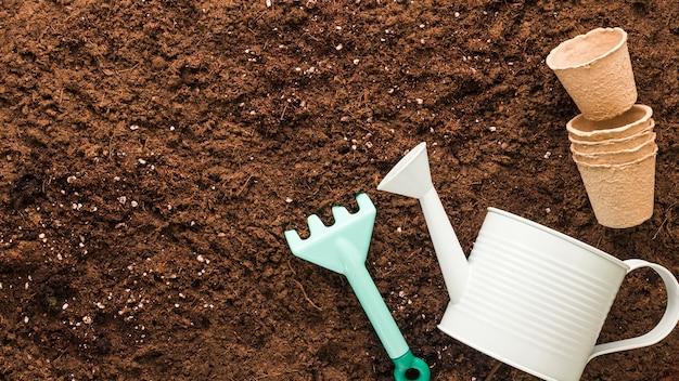 Plat leggen van tuingereedschap met copyspace