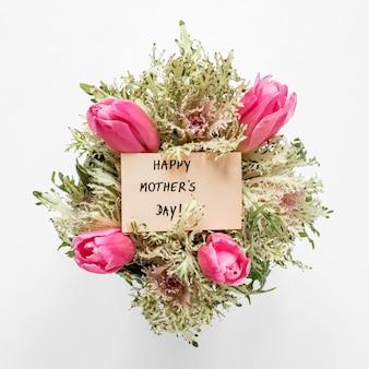 Plat leggen van tulpen en planten arrangement