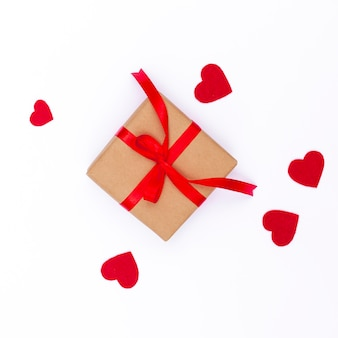 Plat leggen van valentijnsdag geschenk met hartjes en lint