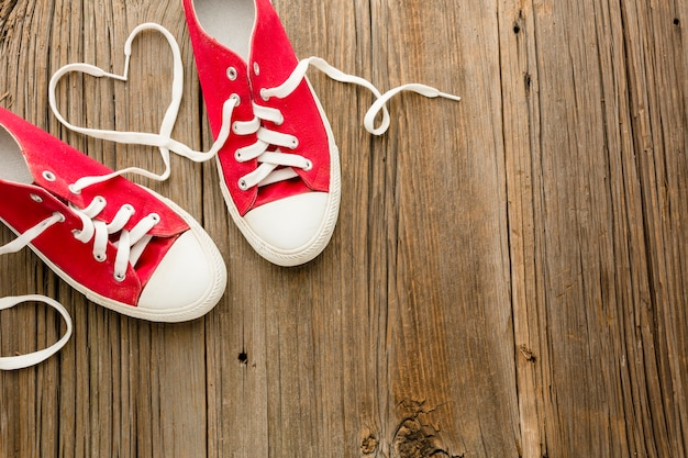Plat leggen van valentijnsdag schoenen met kopie ruimte