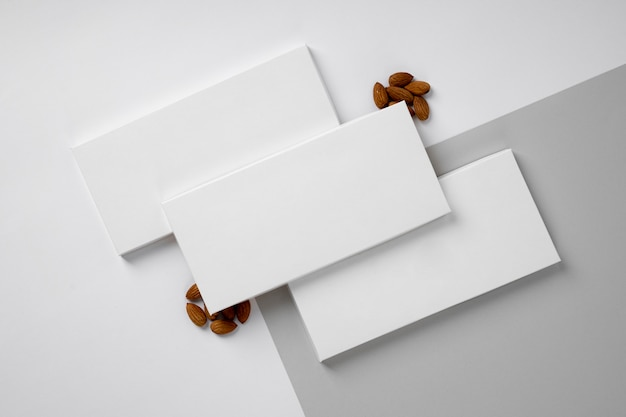 Plat leggen van veel chocoladerepen verpakking met noten
