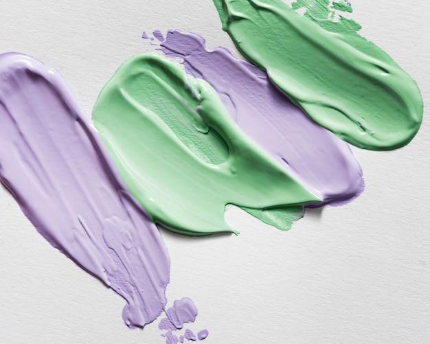 Plat leggen van veelkleurige abstracte verf penseelstreken op het oppervlak