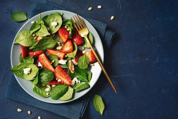 Plat leggen van vegetarain gezonde seizoenssalade met aardbei
