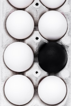 Plat leggen van verschillende gekleurde eieren voor de beweging van zwarte levens