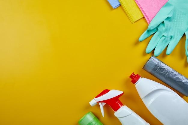 Plat leggen van verschillende huis reinigingsproduct op gele tafel