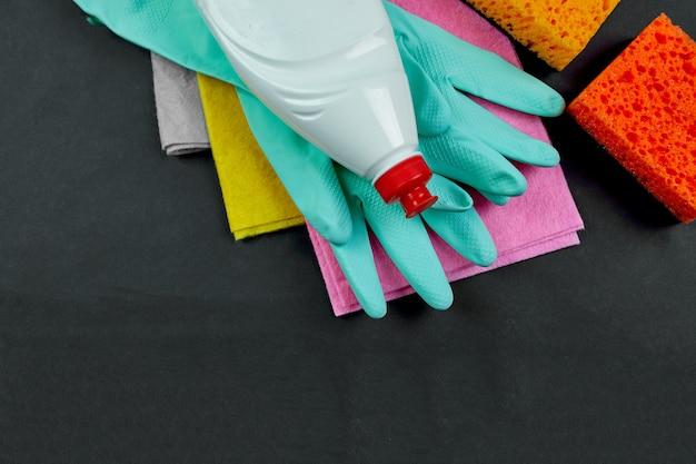 Plat leggen van verschillende huis reinigingsproduct op zwarte tafel