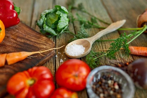 Plat leggen van verschillende ingrediënten van biologische groenten en pittig op houten oppervlak