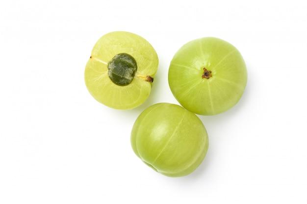 Plat leggen van verse indiase kruisbes fruit met doormidden gesneden geïsoleerd op wit. uitknippad.