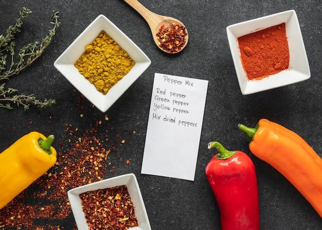 Plat leggen van voedselingrediënten met paprika en kruiden