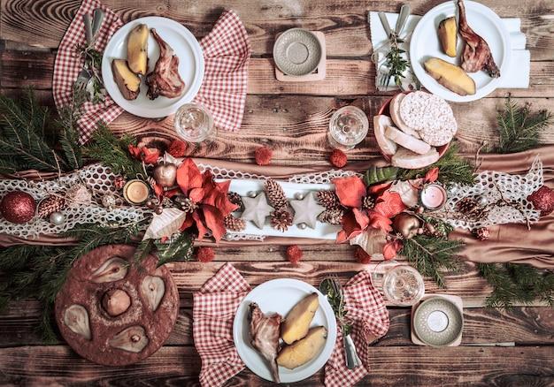 Plat leggen van vriendenhanden die samen eten en drinken. bovenaanzicht van mensen die partij hebben, verzamelen, vieren samen aan houten rustieke tafel