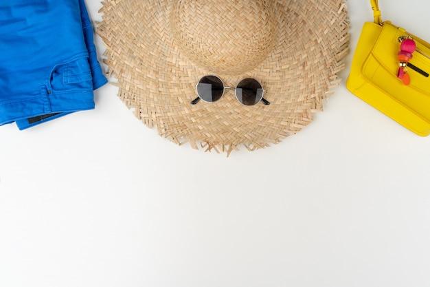 Plat leggen van vrouw zomer outfit op witte achtergrond