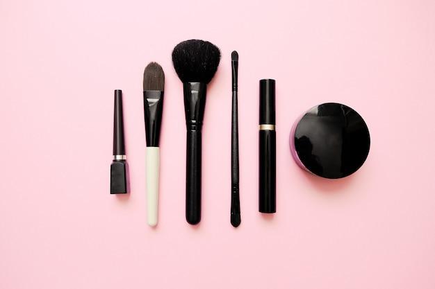 Plat leggen van vrouwelijke mode make-up producten op pastel kleur achtergrond