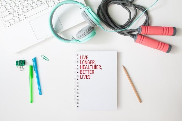 Plat leggen van werkruimte laptopcomputer, fitnessapparatuur en notebook, gezonde levensstijl