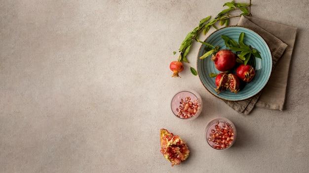 Plat leggen van yoghurt met granaatappel en kopieer de ruimte
