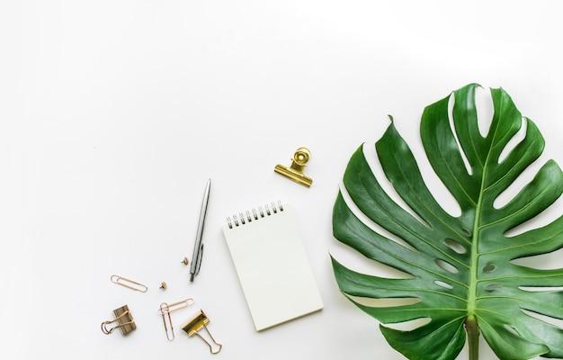 Plat leggen van zakelijke bureautafel met monsterablad