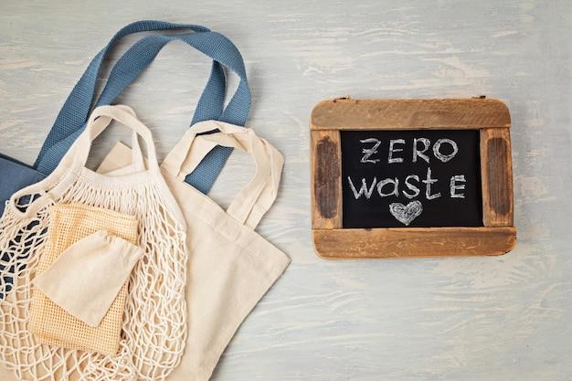 Plat leggen van zero waste kit. set van milieuvriendelijke herbruikbare katoenen netzakken. duurzaam, ethisch, plasticvrij levensstijlconcept. bovenaanzicht