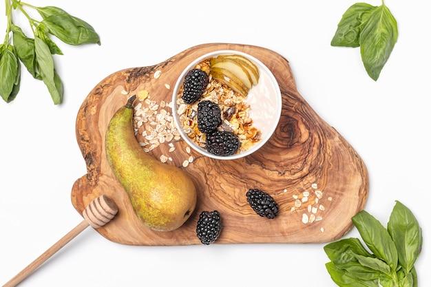 Plat leggen yoghurt met haver, fruit en honing