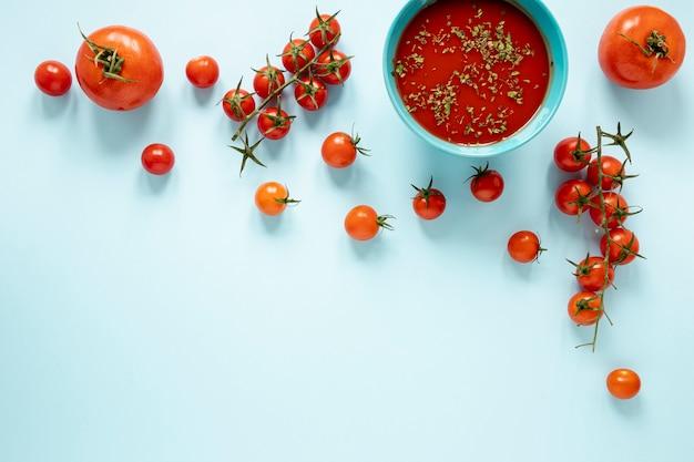 Plat leggen zelfgemaakte soep van tomaten