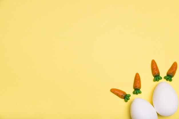 Plat legkader met eieren en kleine worteltjes