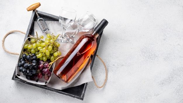 Plat legplateau met wijnflessen