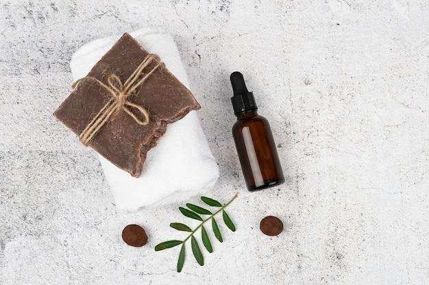 Plat liefde voor spa. vlakke indeling met accessoires, spa-cosmetica, badzout, crème en handdoeken. huidverzorging, natuurlijke cosmetica