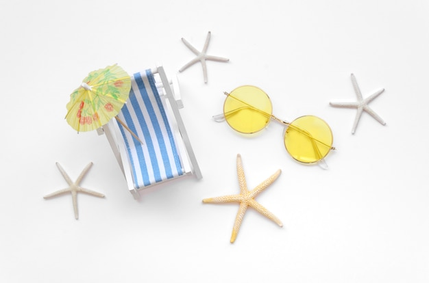 Plat ligbed speelgoed met zonnebril