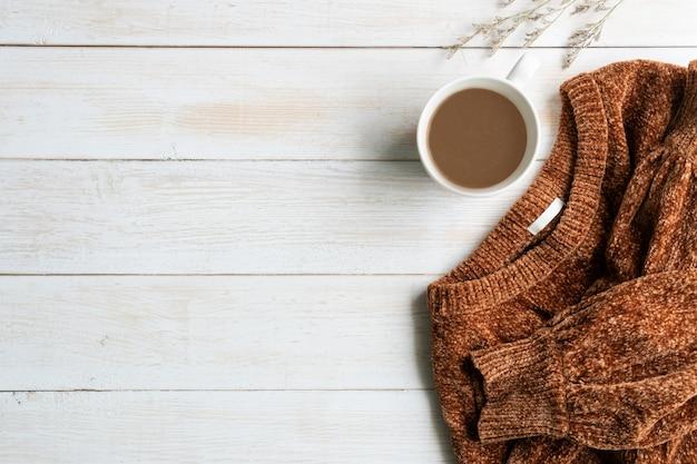 Plat liggen met comfortabele warme outfit voor koud weer. comfortabele herfst, winterkleren winkelen, verkoop, stijl in aardetinten kleuren concept, bovenaanzicht, kopie ruimte