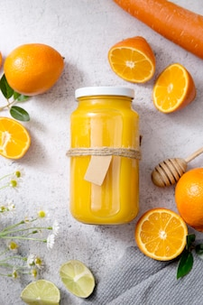 Plat liggend assortiment met verse sinaasappelsmoothie