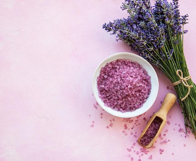 Plat liggende compositie met lavendelbloemen en natuurlijk zeezout