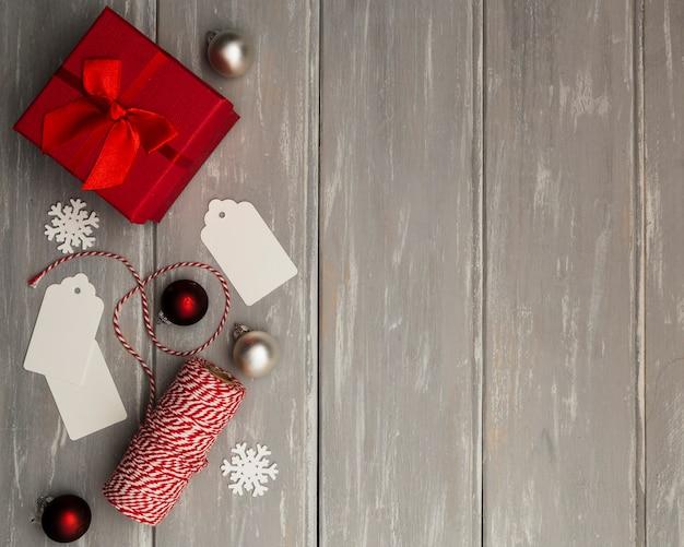 Plat liggende frame met cadeau en kopie-ruimte