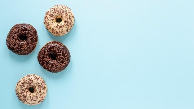 Plat liggende frame met donuts en kopie-ruimte