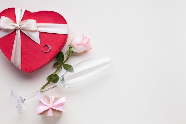 Plat liggende frame met geschenken en ring