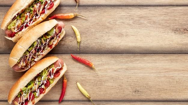 Plat liggende frame met hotdogs en paprika's