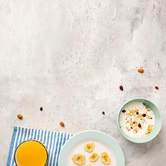 Plat liggende frame met melk en granen in kommen