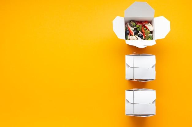 Plat liggende frame met salade dozen en kopie-ruimte