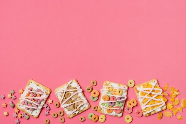 Plat liggende frame met taartjes en kopie-ruimte