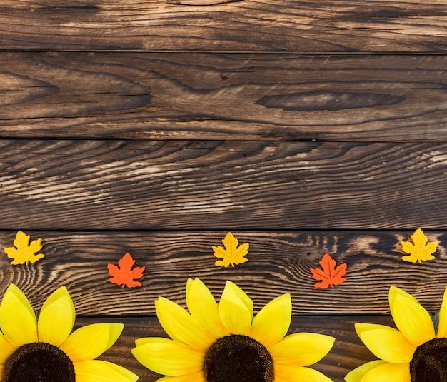 Plat liggende frame met zonnebloemen en bladeren