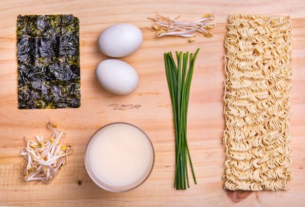 Plat liggende ingrediënten voor ramen soep