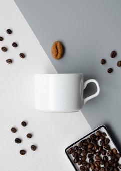 Plat liggende opstelling met koffiekopje mock-up