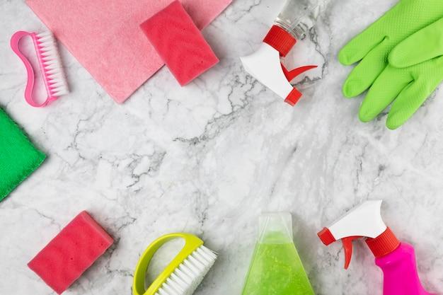 Plat liggende opstelling met schoonmaakartikelen en marmeren tafel