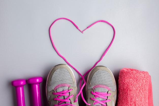 Plat liggende sportattributen met hartvormige veters