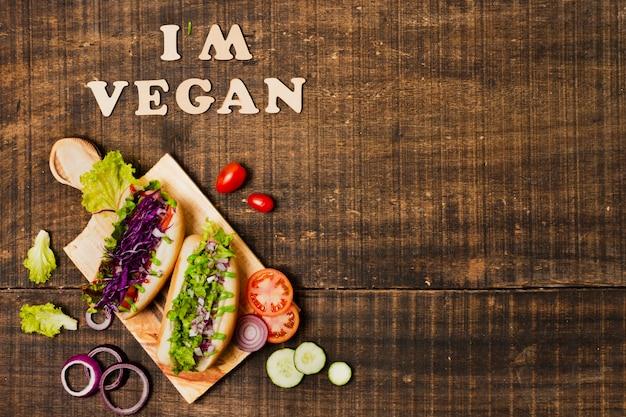 Plat liggende vegetarische hotdogs met kopie-ruimte
