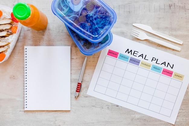 Plat maaltijd containers met notebook